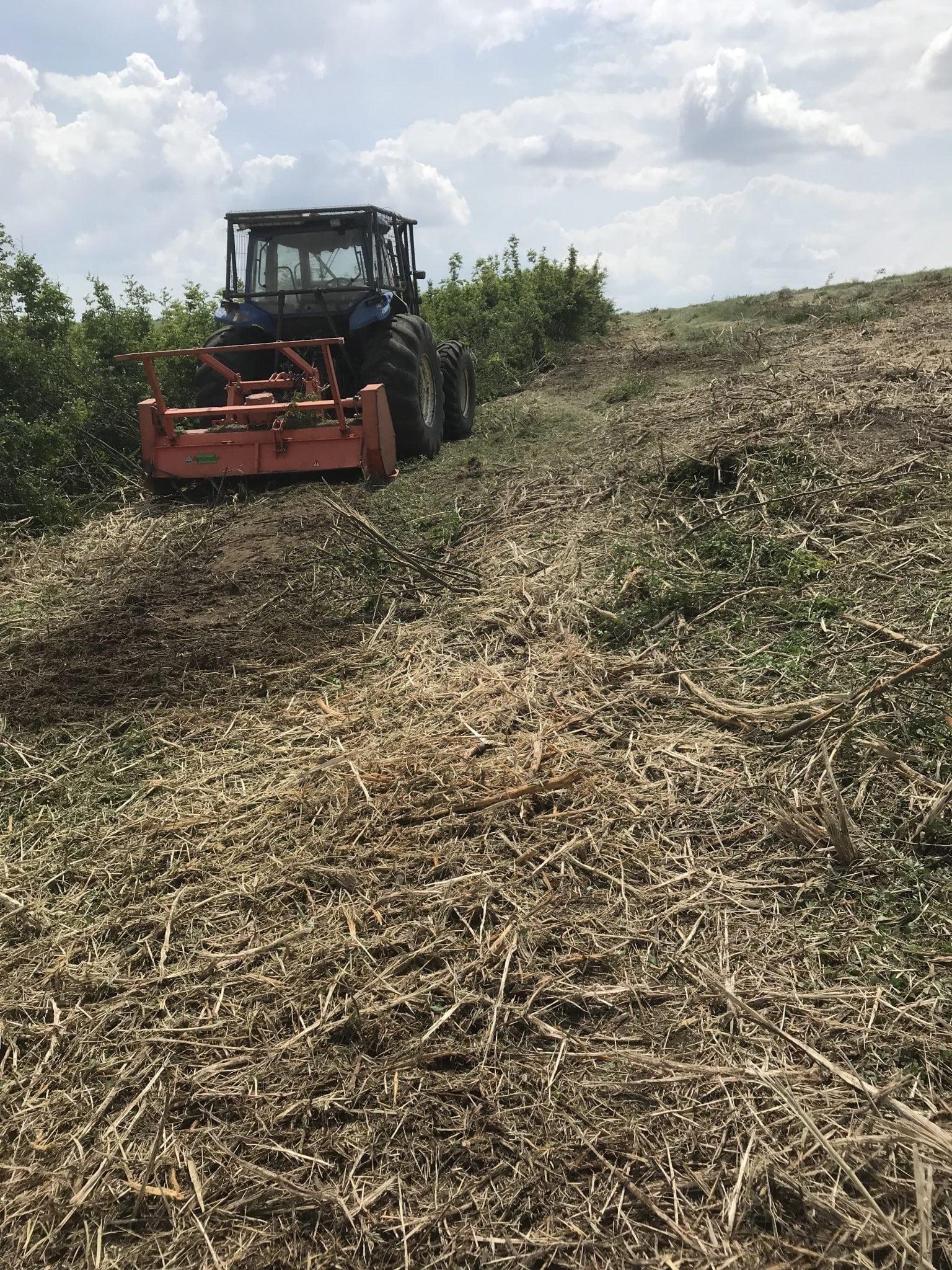 Inchiriez tractor dotat cu tocator forestier/vegetatie