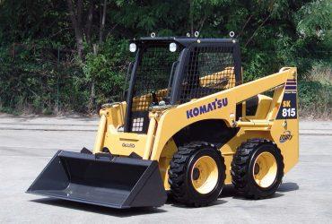 Închiriem mini încărcător frontal Komatsu SK 815 (tip Bobcat)